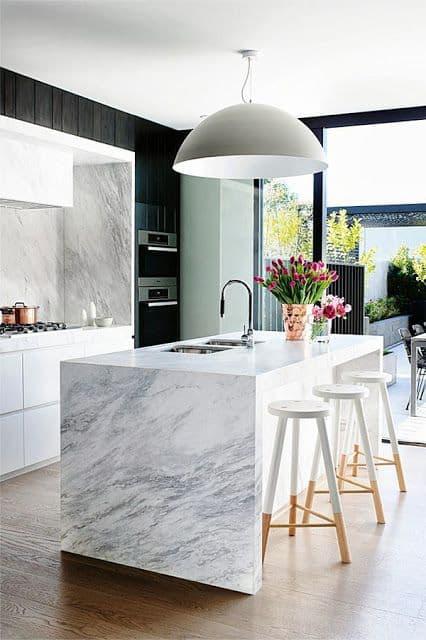 cozinha gourmet com ilha de mármore