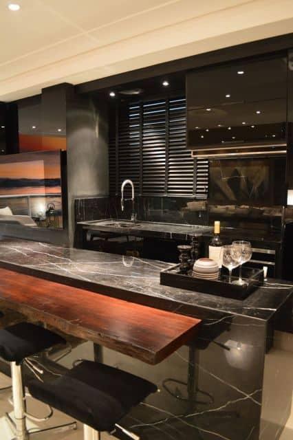 cozinha com mármore preto