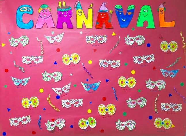 decoração de carnaval com exposição de atividades infantis