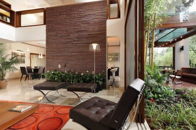 sala decorada com jardineiras de plantas