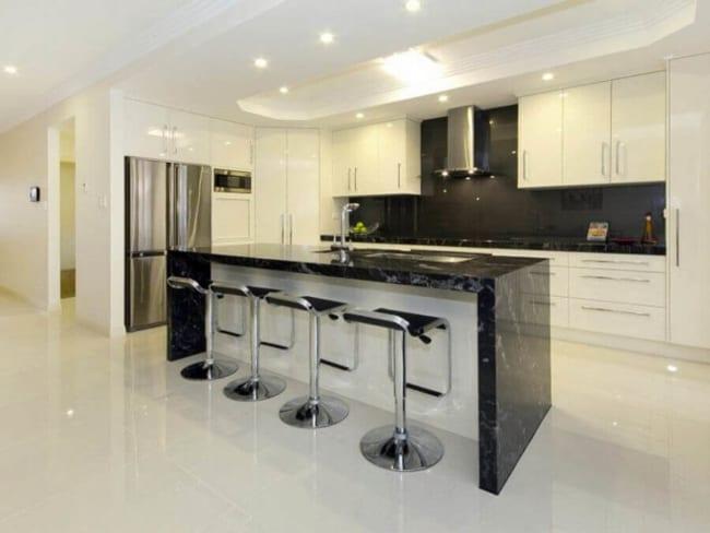cozinha gourmet com ilha de mármore preto