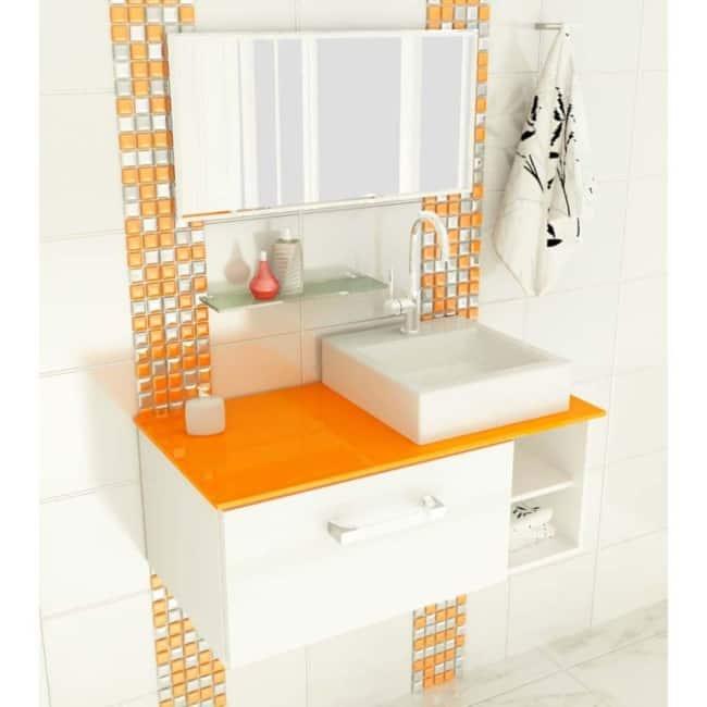 Banheiro branco e laranja