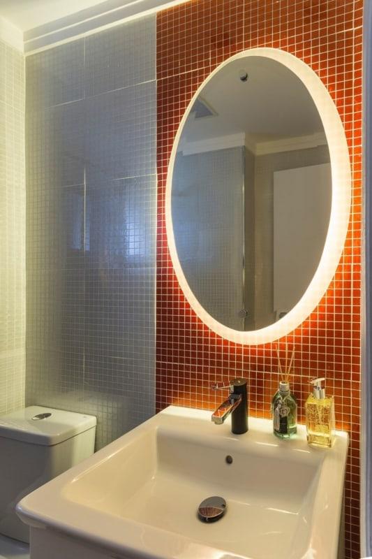 Banheiro com pastilhas laranjas
