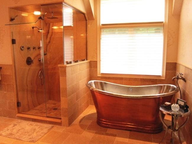 Banheiro com tons de laranja
