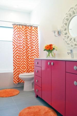 Banheiro com toque de cor laranja