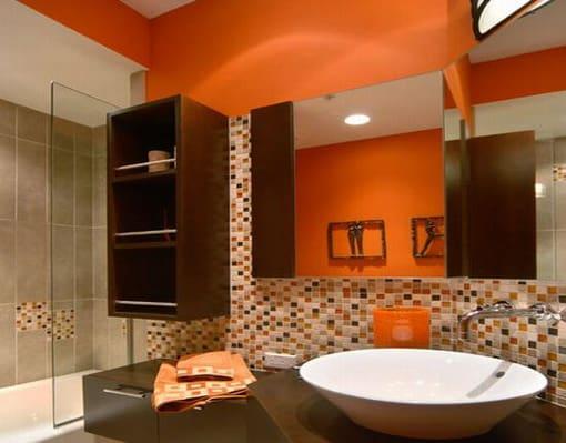 Banheiro cor laranja com pastilhas