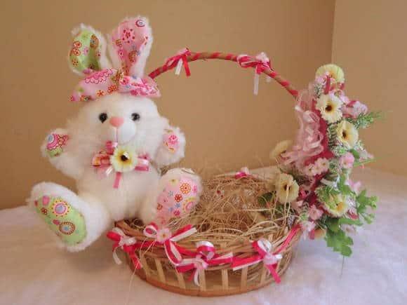 Cesta de Páscoa artesanal com coelho