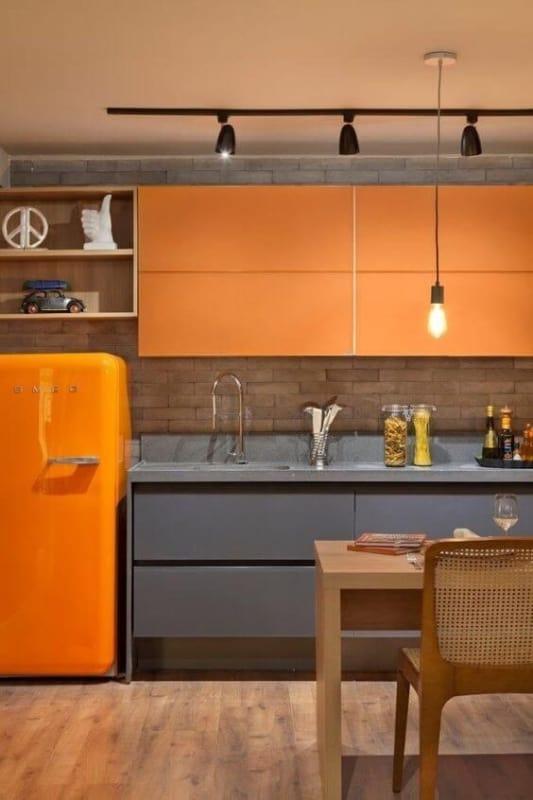 Cozinha com armários alaranjados
