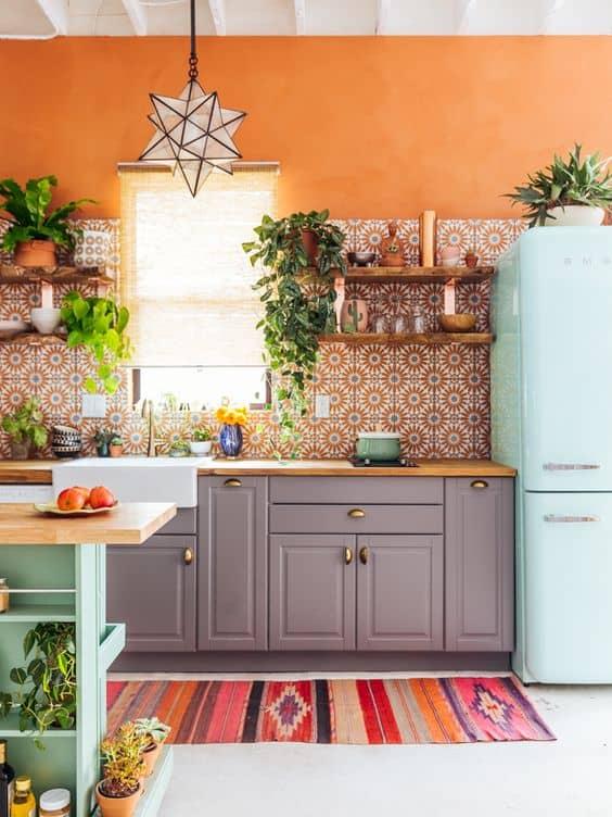Cozinha com tinta e azulejo laranja
