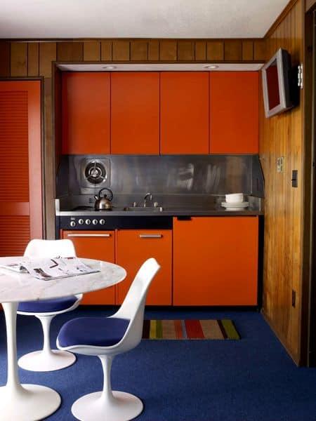Cozinha pequena azul e laranja