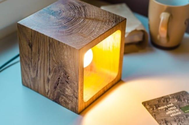 Cubo luminária de madeira de mea