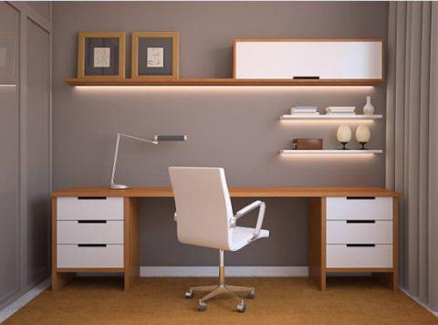 Decoração de escritório com luminária de mesa