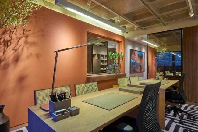 Escritório com luminária de mesa
