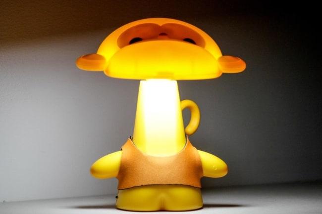Luminária amarela de macaquinho