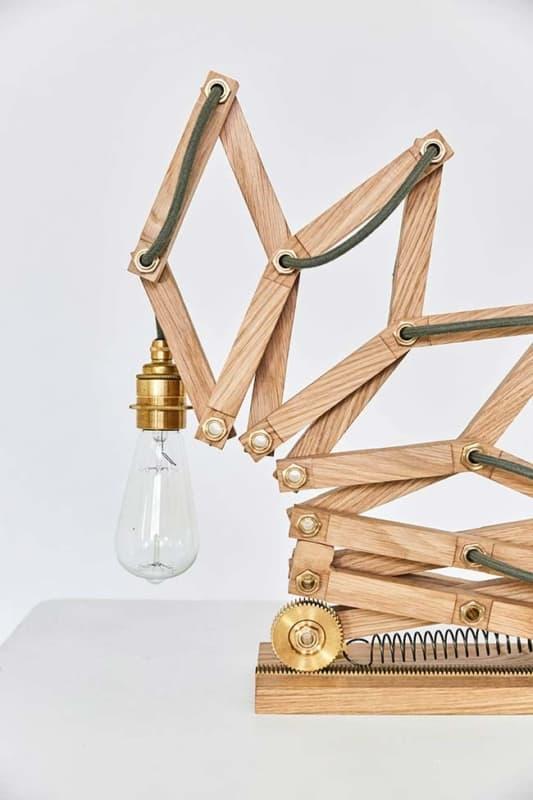 Luminária criativa de madeira