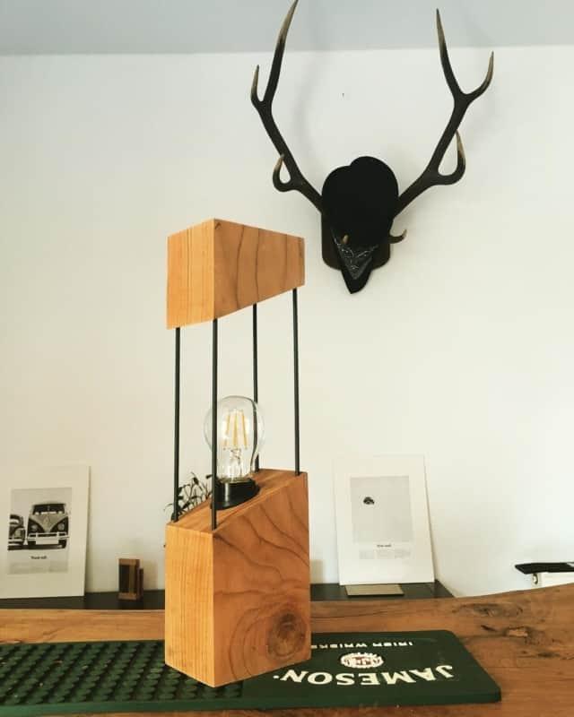 Luminária diferente de madeira para por na mesa