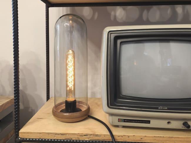 Luminária retrô com redoma de vidro para mesa