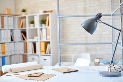 Luminária simples para mesa de escritório