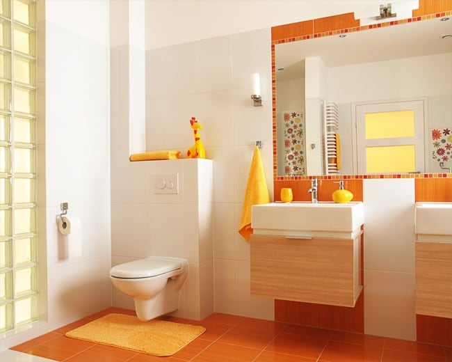 Panorama de banheiro amplo laranja