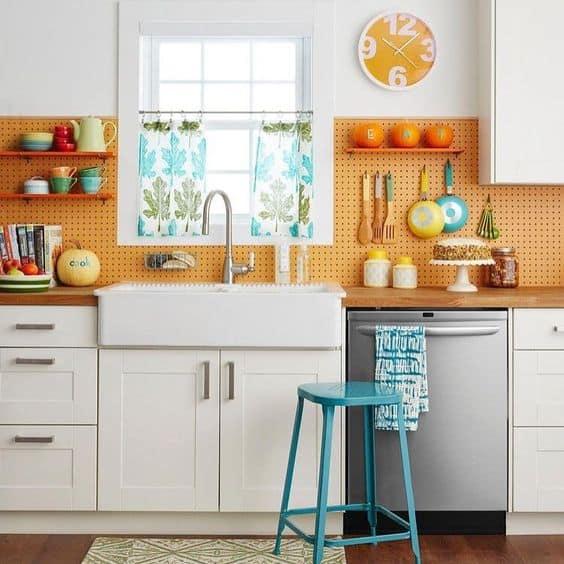 Placa de metal laranja no revestimento da cozinha