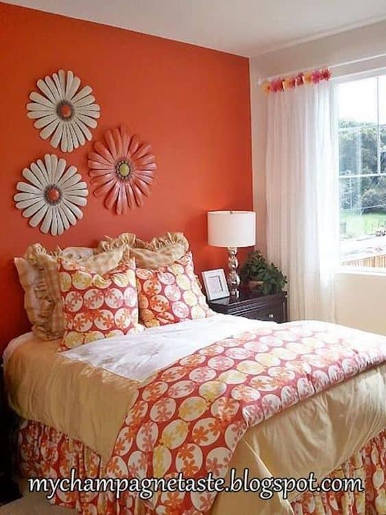 Quarto feminino com parede laranja vibrante