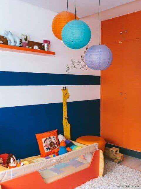 Quarto infantil que mistura laranja e azul