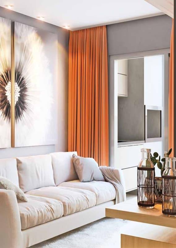 Sala com cortina laranja