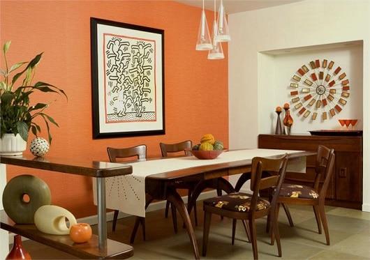 Sala de jantar com tons de laranja