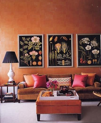 Sala impressionante com parede laranja