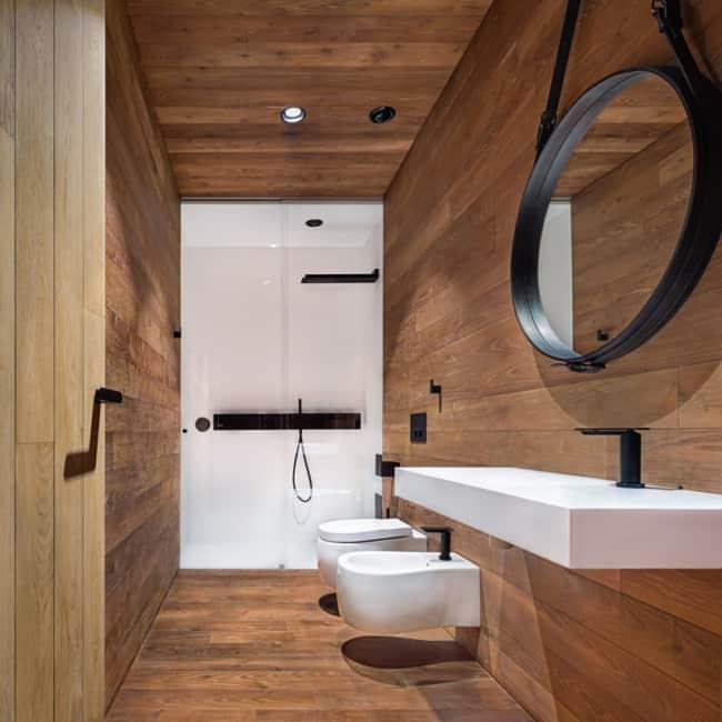 banheiro de madeira com espelho adnet