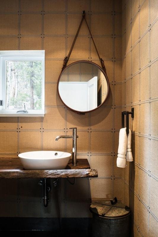 banheiro rustico com espelho adnet