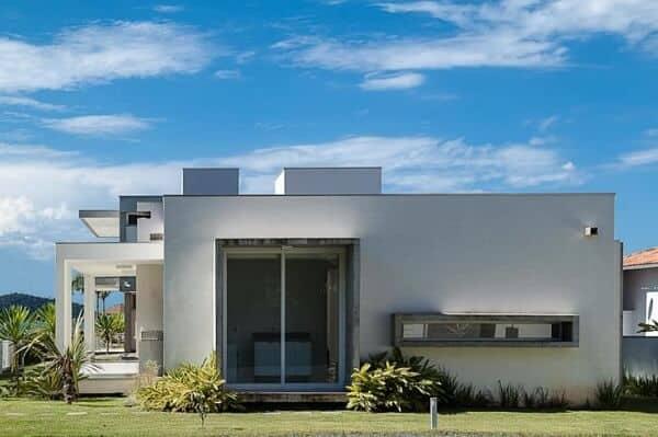 casa moderna com platibanda na fachada