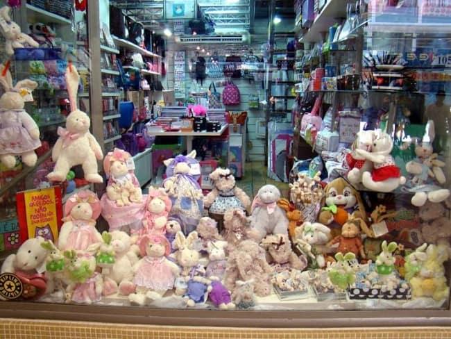 coelhinhos de pascoa decorando loja