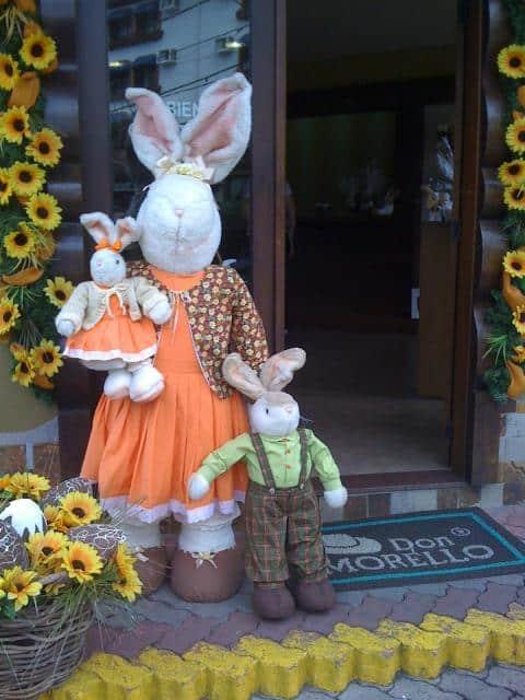 entrada de loja decorada para pascoa