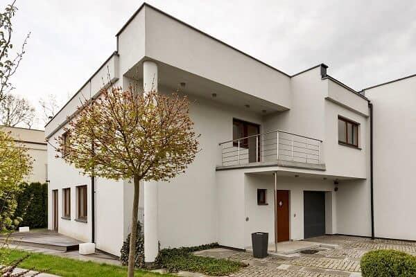 fachada simples e branca com platibanda