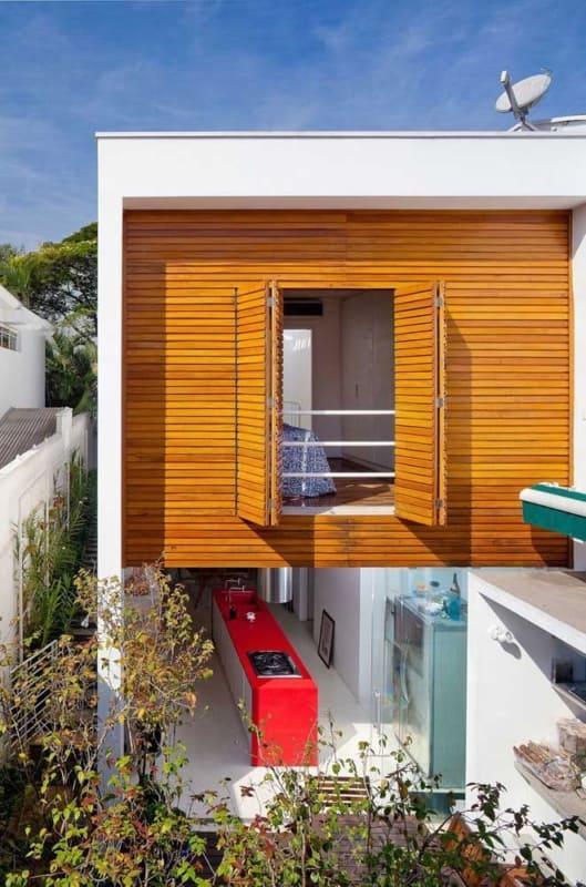 madeira na fachada com platibanda
