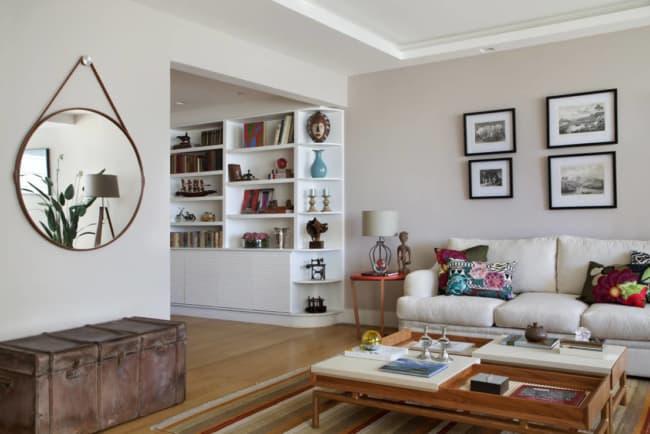 sala de estar decorada com espelho adnet
