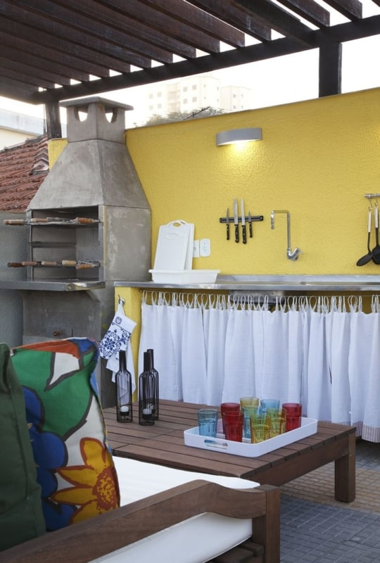 Área da churrasqueira com decoração simples