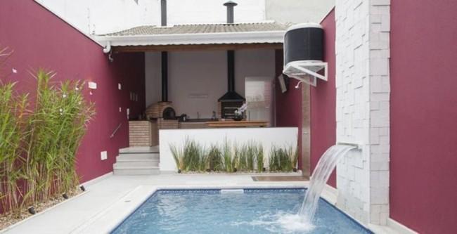 Área gourmet simples com churrasqueira e piscina