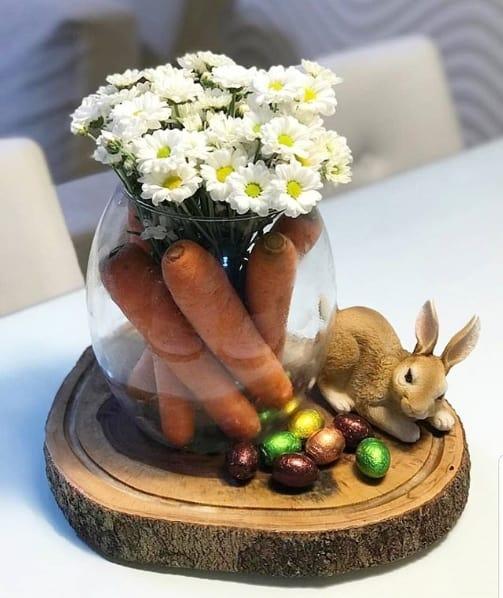 arranjo de mesa simples e com cenouras para páscoa