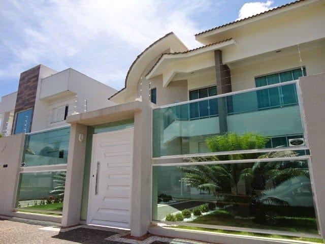 fachada de casa com muro moderno com vidro