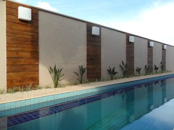 muro com decoração em madeira