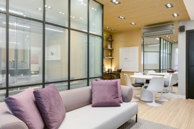 sala moderna com almofadas lilás no sofá