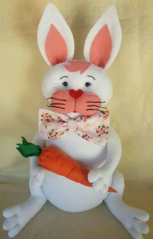 coelho de feltro com cenoura