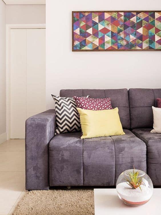sala com sofá lilás