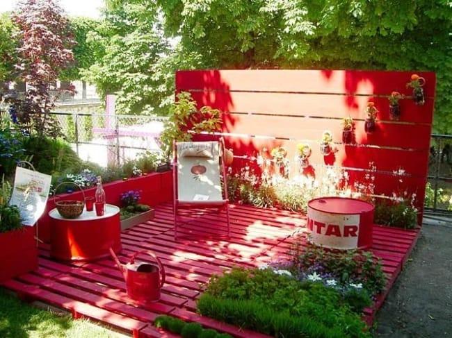 jardim decorado com pallets