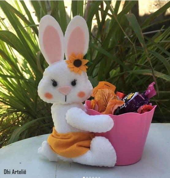 coelha sentado com baldinho