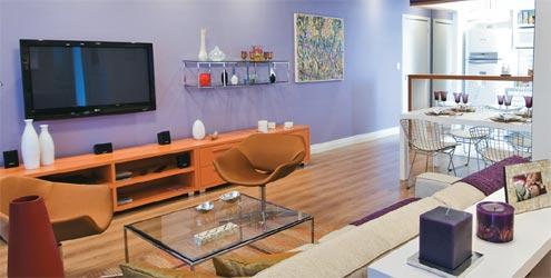 sala de apartamento com parede lilás