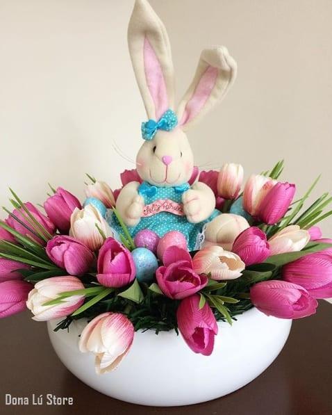 arranjo de páscoa com flores artificiais e coelho
