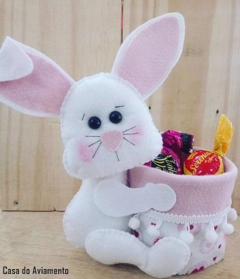 artesanato de coelho sentado em feltro